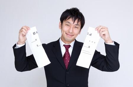 住宅ローンを完済して借用書を破る男