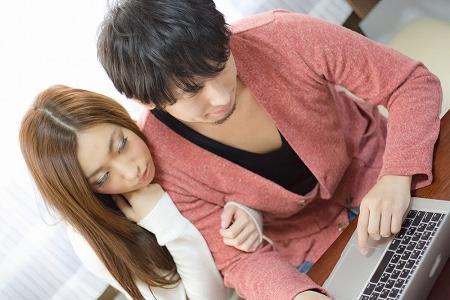 住宅ローンをシミュレーションする若い夫婦